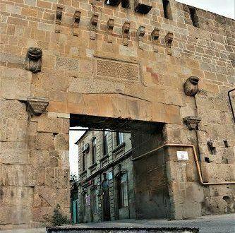 فارسی دری بر دیوار شهر دربند روسیه
